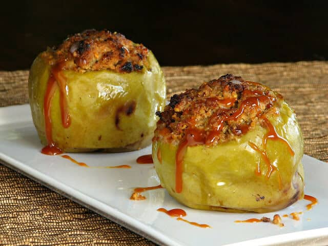 Baked apples and caramel sauce