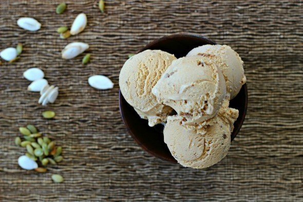Pumpkin ice cream with gingersnaps