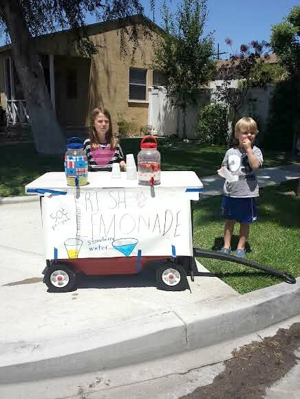 kids selling lemonade