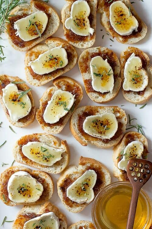 Toasted bread with melted brie and caramelized