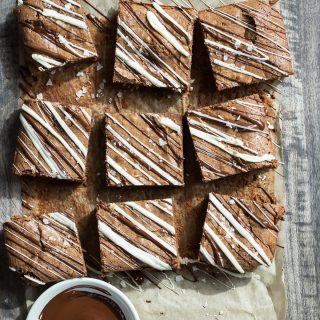 Kick up your chocolate brownies and add some chai spice to them! Soft and gooey double chocolate brownies with chai spice, sea salt and a white chocolate drizzle!
